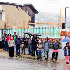 """el público frente a """"Un organismo"""" y bajo la lluvia, sosteniendo / Foto www.denisadonis.cl"""